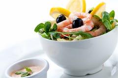 Insalata fresca con le olive, i gamberetti, i limoni e la salsa Immagine Stock Libera da Diritti