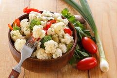 Insalata fresca del cavolfiore con i pomodori, i broccoli, le olive, il peperone dolce, le erbe e le verdure in una ciotola su un Immagini Stock Libere da Diritti