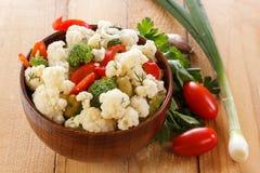 Insalata fresca del cavolfiore con i pomodori, i broccoli, le olive, il peperone dolce, le erbe e le verdure in una ciotola su un Immagine Stock