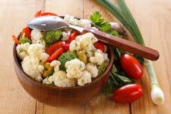 Insalata fresca del cavolfiore con i pomodori, i broccoli, le olive, il peperone dolce, le erbe e le verdure in una ciotola su un Immagini Stock