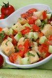 Insalata fresca del cetriolo e del pomodoro con i cubi del pane Fotografia Stock
