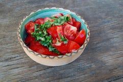 Insalata fresca del pomodoro con basilico fotografia stock