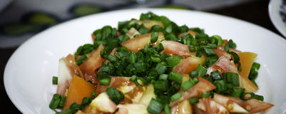 Insalata fresca della erba cipollina della cipolla e dei pomodori Fotografia Stock Libera da Diritti