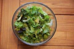 Insalata fresca della lattuga in ciotola di vetro Fotografie Stock