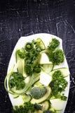 Insalata fresca delle verdure organiche, cetrioli, verdi, prezzemolo immagine stock