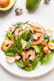 Insalata fresca e sana con i gamberetti, spinaci ed avocado su un marb Fotografia Stock Libera da Diritti