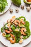 Insalata fresca e sana con i gamberetti, spinaci ed avocado su un marb Immagine Stock
