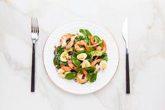 Insalata fresca e sana con i gamberetti, spinaci ed avocado su un marb Immagine Stock Libera da Diritti