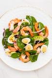 Insalata fresca e sana con i gamberetti, spinaci ed avocado su un marb Fotografie Stock Libere da Diritti
