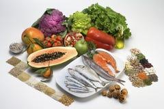 insalata, frutti, pesci e Fotografie Stock Libere da Diritti
