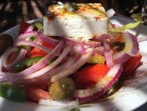 Insalata greca con feta, le cipolle rosse, i pomodori, l'origano, l'olio vergine extra e le spezie Fotografia Stock Libera da Diritti