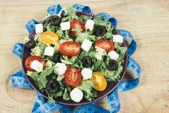 Insalata greca con gli ortaggi freschi, il feta e le olive nere Fotografia Stock Libera da Diritti