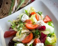 Insalata greca con i cetrioli, i pomodori e le foglie freschi della lattuga Fotografia Stock Libera da Diritti