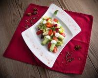 Insalata greca con i cetrioli, i pomodori e le foglie freschi della lattuga Fotografie Stock