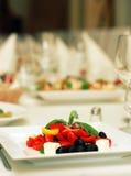 Insalata greca con il pomodoro, olive del formaggio sulla tabella Fotografia Stock Libera da Diritti