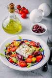 Insalata greca deliziosa con feta, olive, i pomodori, i cetrioli, la paprica e le cipolle rosse Immagine Stock Libera da Diritti