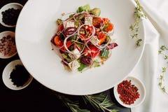Insalata greca sul piatto bianco Immagine Stock