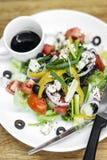 Insalata greca tradizionale con feta e veget organico misto immagini stock