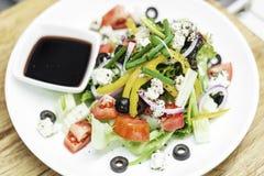 Insalata greca tradizionale con feta e veget organico misto fotografia stock