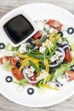 Insalata greca tradizionale con feta e veget organico misto immagine stock