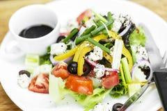 Insalata greca tradizionale con feta e veget organico misto immagine stock libera da diritti