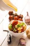 Insalata italiana dell'aperitivo con i pomodori, il pane e il bazil L'olio versa sul pomodoro fotografia stock libera da diritti