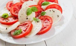 Insalata italiana di Caprese della mozzarella e del pomodoro Immagine Stock