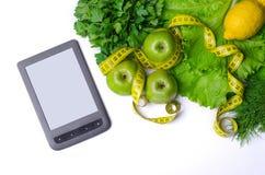 Insalata, mele verdi con nastro adesivo di misurazione e compressa, concetto della h Fotografia Stock Libera da Diritti
