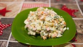 Insalata Olivier - un piatto tradizionale della tavola di Natale e del nuovo anno Fotografie Stock