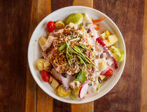 Insalata organica della verdura fresca sul piatto bianco Fotografia Stock Libera da Diritti