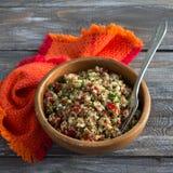 Insalata peruviana con la quinoa, i verdi freschi ed i pomodori Immagini Stock Libere da Diritti