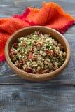 Insalata peruviana con la quinoa, i verdi freschi ed i pomodori Fotografia Stock