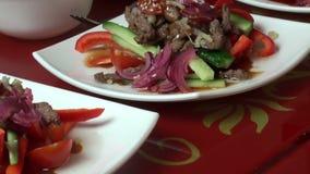 Insalata piccante con carne calda stock footage