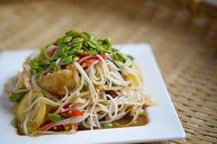 Insalata piccante dei vermicelli del riso sulla sfuocatura del fondo del piatto Immagini Stock