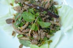 Insalata piccante tailandese della carne dell'anatra di taglio e cavolo fresco sul piatto fotografie stock libere da diritti