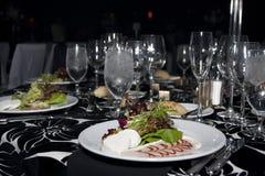 Insalata pranzante fine del pranzo del ristorante Fotografie Stock Libere da Diritti