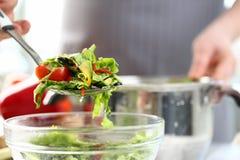 Insalata professionale di Putting Healthy Vegetable del cuoco unico fotografia stock libera da diritti