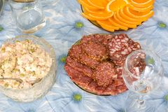 Insalata russa e salsiccia affettata sul piatto Fotografia Stock Libera da Diritti