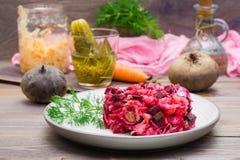 Insalata russa nazionale - vinaigrette - dalle verdure bollite, dai crauti e dai cetrioli marinati su un piatto immagine stock