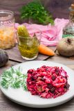 Insalata russa nazionale - vinaigrette - dalle verdure bollite, dai crauti e dai cetrioli marinati su un piatto fotografie stock