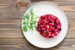 Insalata russa nazionale - vinaigrette - dalle verdure bollite, dai crauti e dai cetrioli marinati su un piatto su una tavola di  fotografia stock libera da diritti