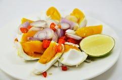 Insalata salata dell'uovo sul piatto Fotografie Stock