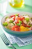 Insalata sana del cuscus con la cipolla dello zucchini del pepe del pomodoro Fotografia Stock