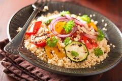 Insalata sana del cuscus con la cipolla dello zucchini del pepe del pomodoro Immagini Stock