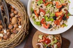 insalata sana della proteina con i gamberetti, pomodori, avokado, lattuga, olio, olive in biscotti ad alta percentuale proteica P Fotografia Stock