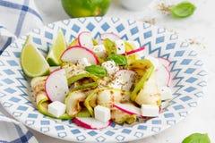 Insalata sana fresca con lo zucchini arrostito, ravanello, feta, calce fotografie stock