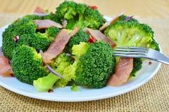 Insalata sauteed dei broccoli con bacon ed aglio Fotografie Stock