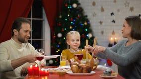 Insalata servente sui piatti, famiglia felice della madre cenando la vigilia di natale, festa stock footage