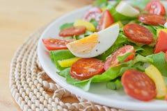 Insalata spagnola piccante fresca dell'uovo e del chorizo Fotografia Stock Libera da Diritti
