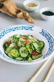 Insalata tailandese del cetriolo con sesamo ed il peperoncino rosso Fotografia Stock